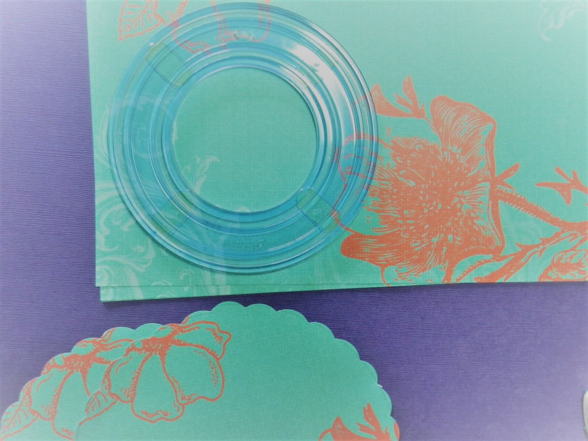 Trace around a plate or cut 8 circles with a cutting system. Trim edge of the circles with decorative scissors.