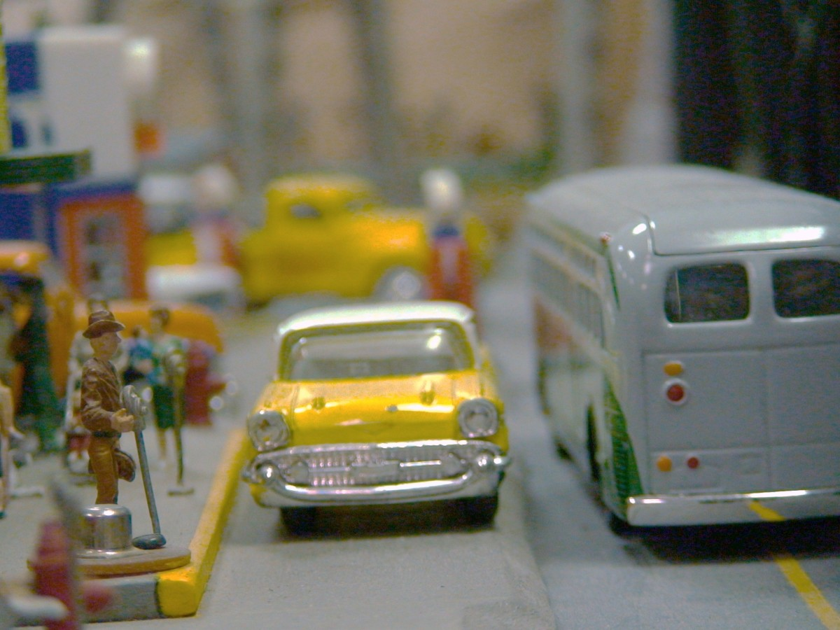 Vehicles, roads, newspaper machines and the like make the layout more realistic.