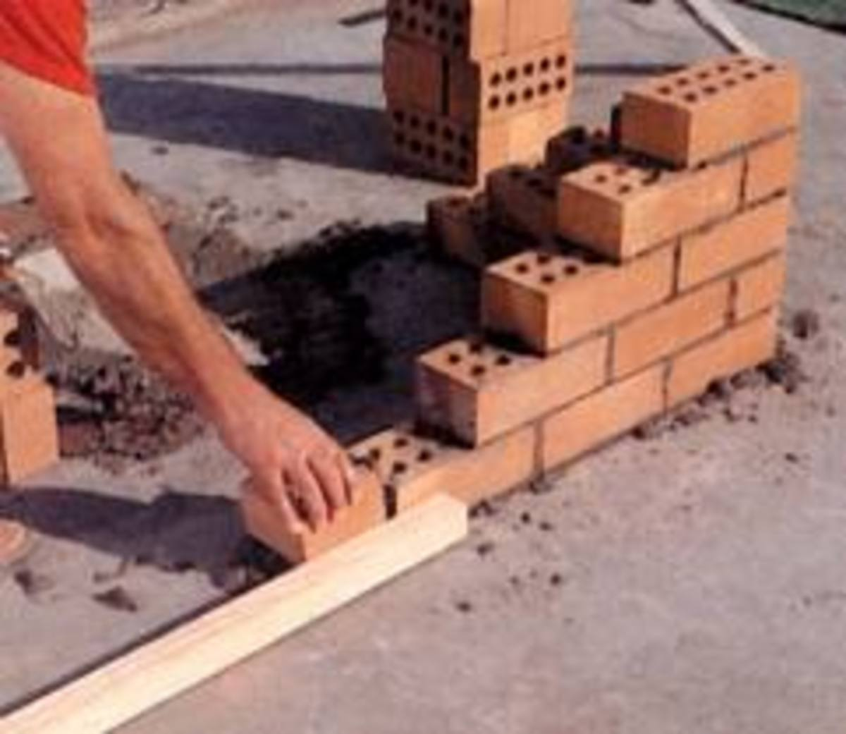 Building a brick corner in stretcher bond. This is one of the easiest and most used corner that a bricklayer can build. Apart from the material to build the bricklayer needs his trowel his spirit level and a type measure to check the gauge.