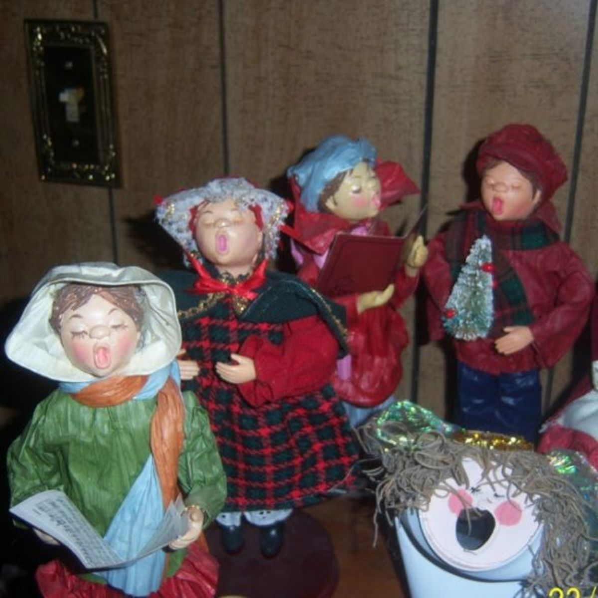Joy And Noel Holiday Caroler: Decorate With Christmas Carolers