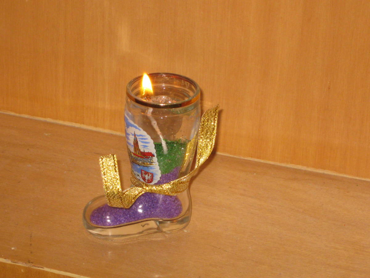 This boot-shaped German souvenir became my fourth candle-holder with the remaining ingredients and the golden fabric-strip is tied around it for a festive look.