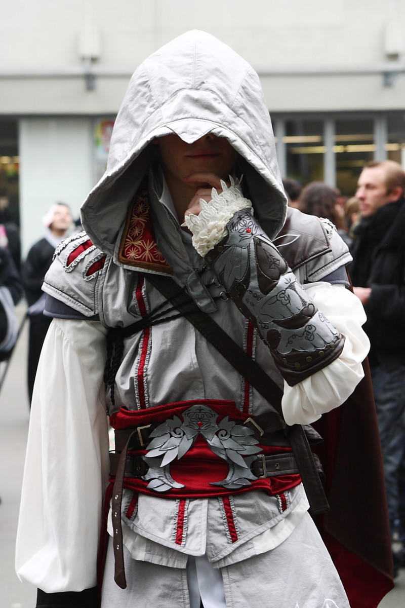 A fan replicates Ezio's image at Paris Manga 9, February 2010.