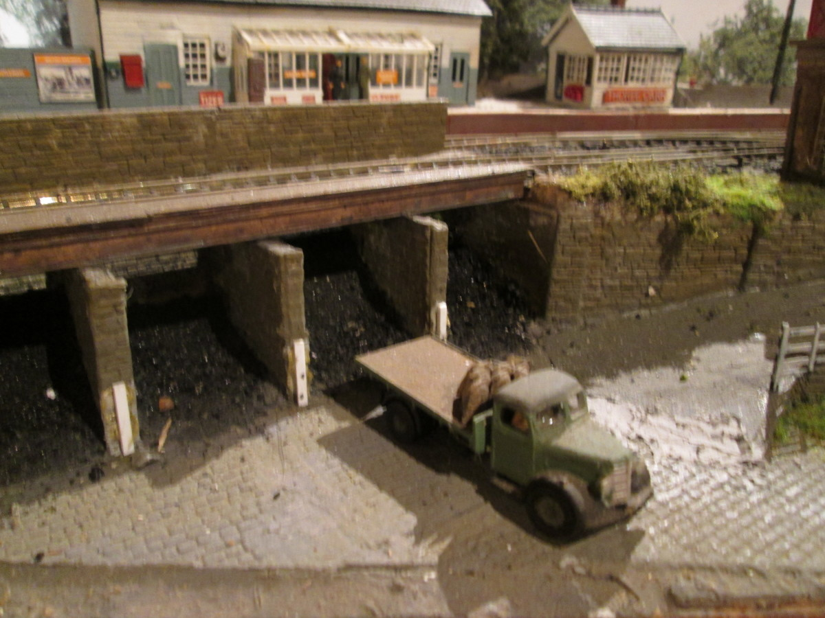 On the same mini-layout ('Thorpe Carr'), the coal depot is scratchbuilt, using Wills' coarse stone and cobbles for cells, decking and floors, Evergreen for deck structure across the cell wall tops - real coal crunched up in pliers