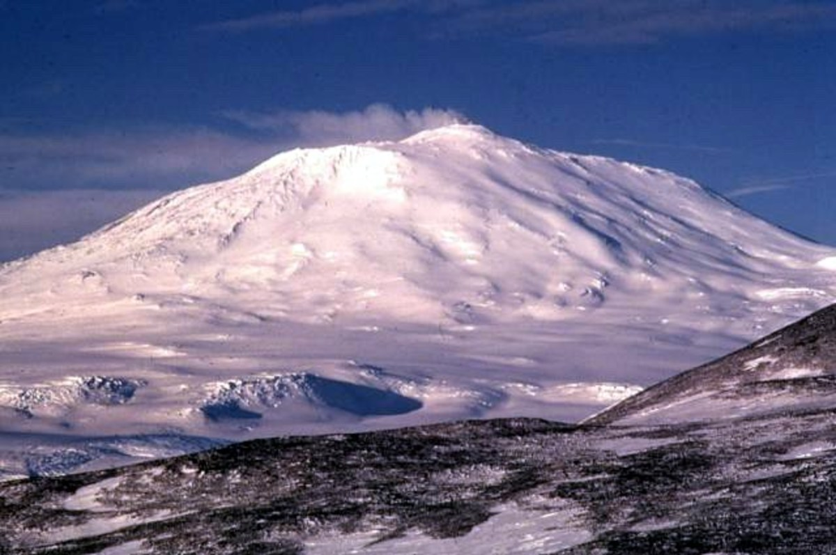 Mt. Erebus, Antarctica.  Image courtesy Richard Waitt, PD-US & Wikimedia Commons.