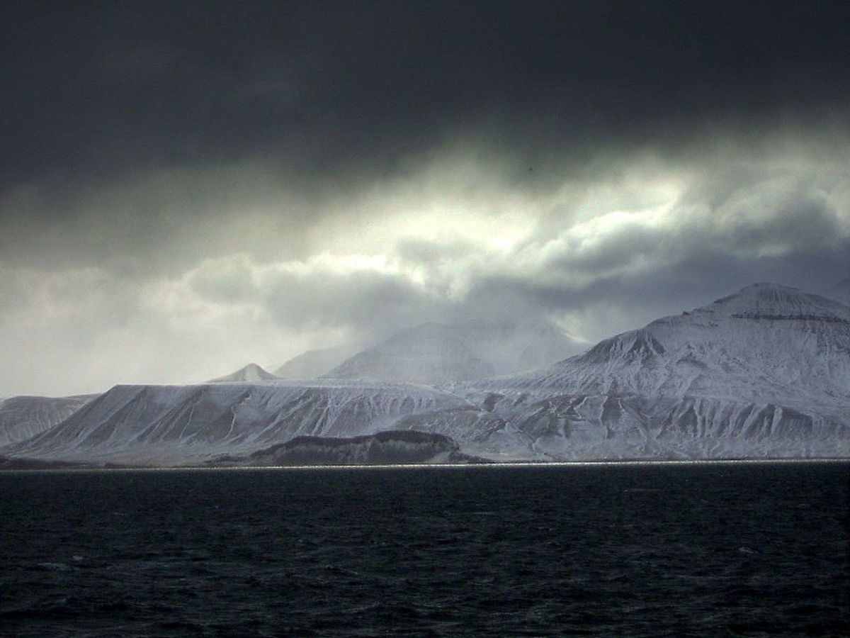 Spitsbergen coast.  Image courtesy Stian Danenbarger & Wikimedia Commons.