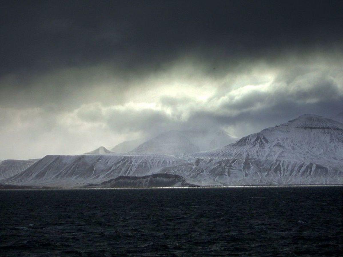 Spitsbergen coast.  Image courtesy Stian Danenbarger & Wikimedia Commons.