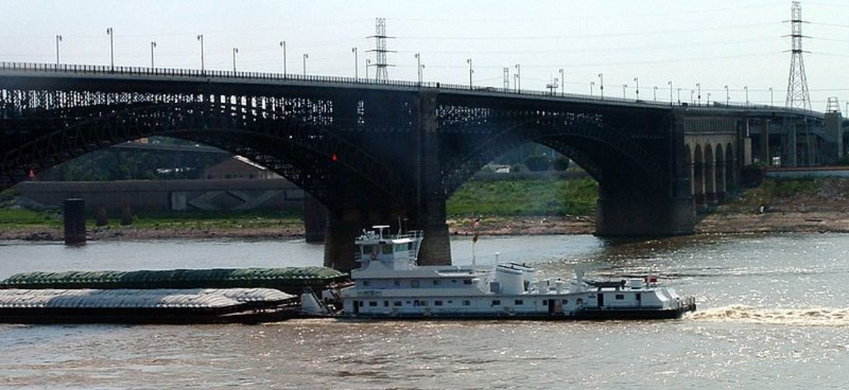 Mississippi Barges at Eads Bridge, St Louis. Photographed by Kelly Martin. Image courtesy of Wiki Commons