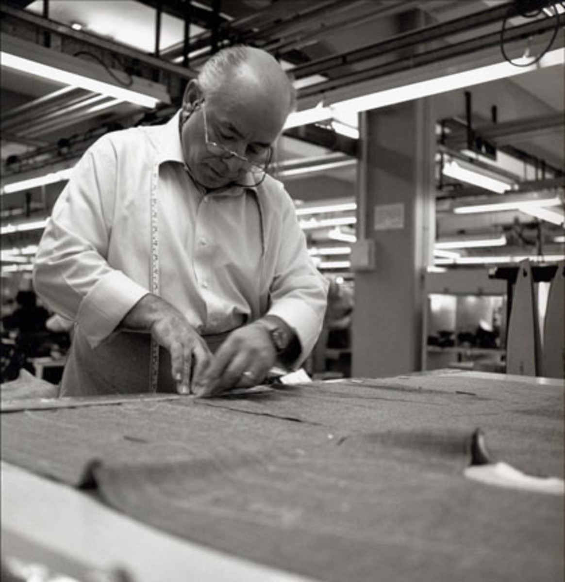 BRIONI TAILOR IN FACTORY