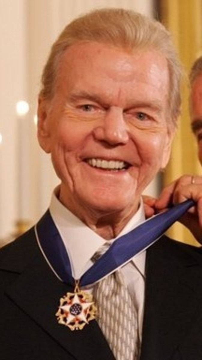 A White House photo of radio personality Paul Harvey being awarded the Presidential Medal of Freedom.