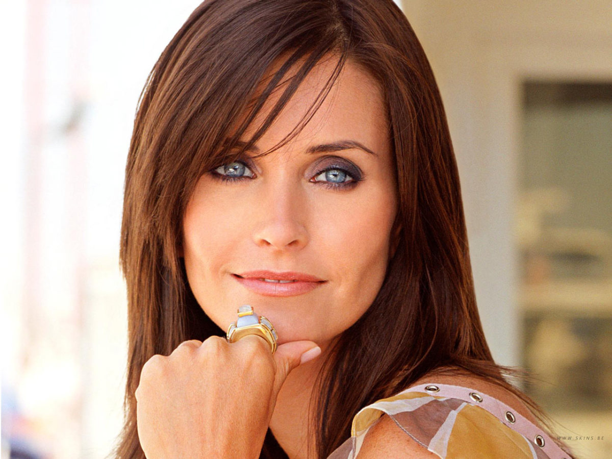 "Courtney Cox played Monica in the series ""Friends"", now her roll is that of Jules Cobb in the new series ""Cougar Town."""