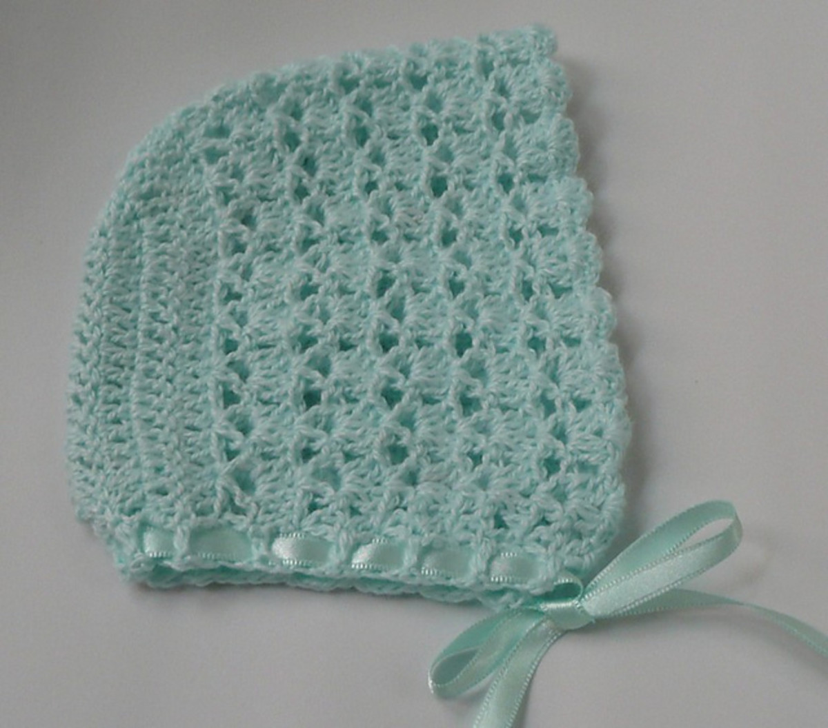 Free PDF pattern for this gorgeous baby bonnet.
