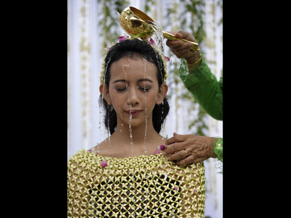 The princess is poured with siraman water to clean her body and soul.