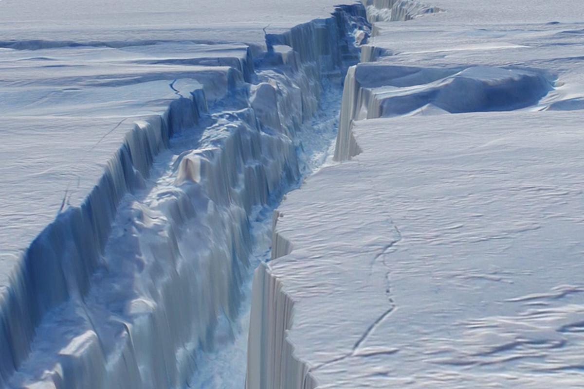 A huge crack in Antarctica's Pine Island Glacier