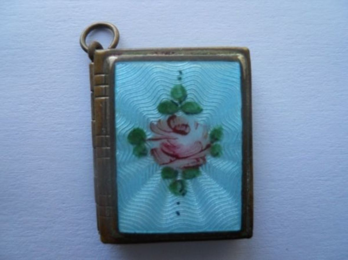 vintage-jewelry-guilloche-locket