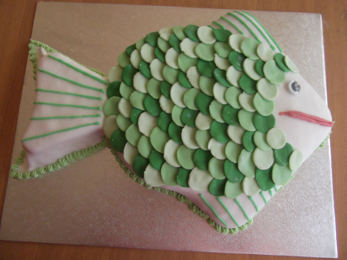 A fish cake how to make and decorate a fish shaped for Fish shaped cake