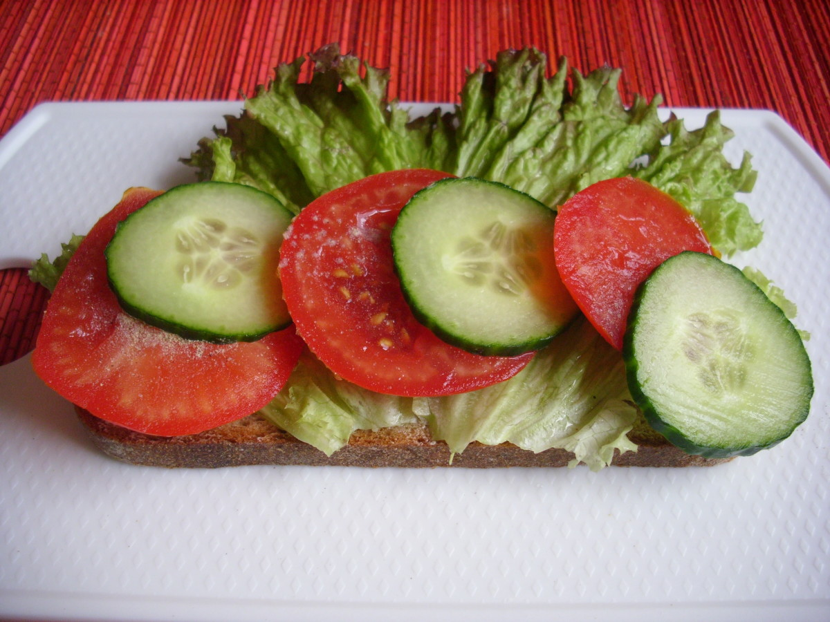 Sliced Graubrot with lettuce leaves, sliced tomatoes and sliced cucumber.