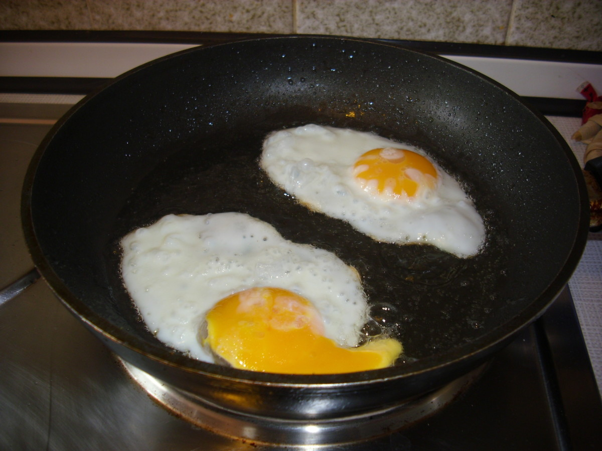 Fried eggs which will be added to slices of Graubrot.