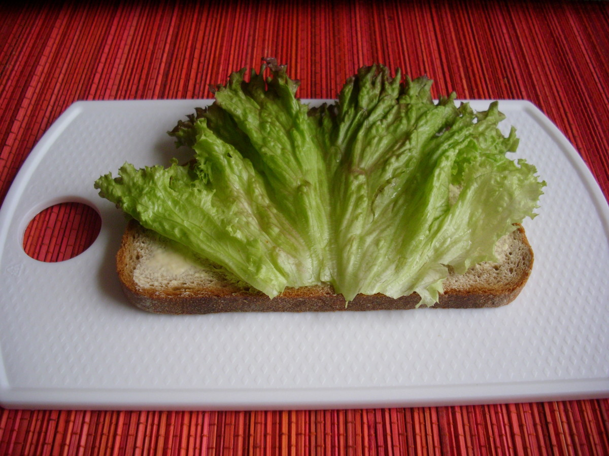 Add lettuce leaves to the slices of Graubrot spread with margarine.
