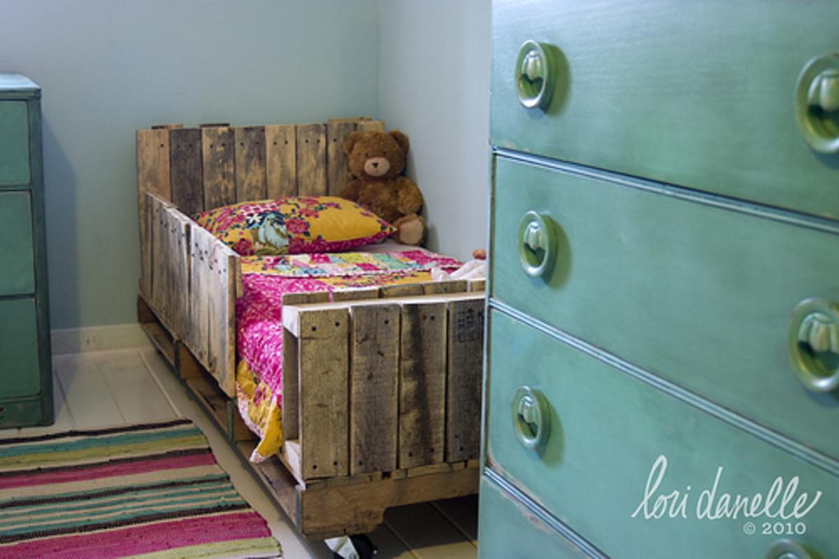 Toddler Bed Canopy Diy Diy Wooden Pallet Toddler Bed