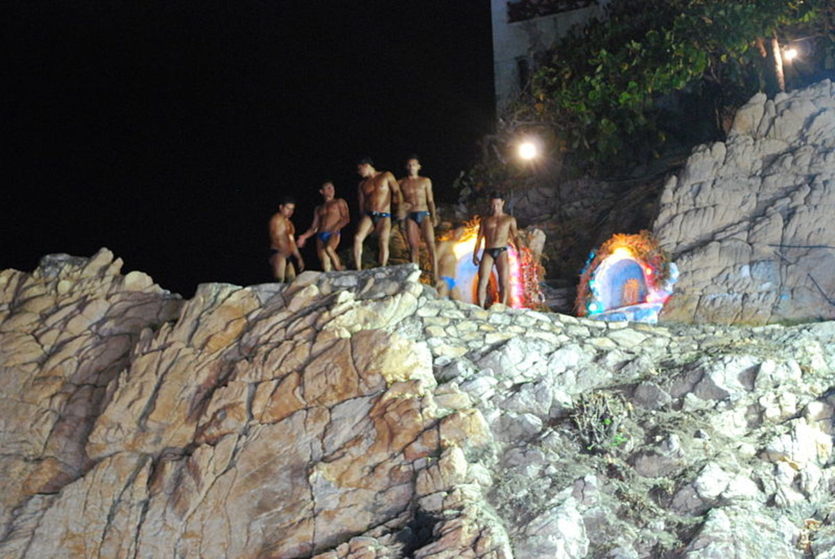 Divers at the top of the cliff La Quebrada in Acapulco, Mexico