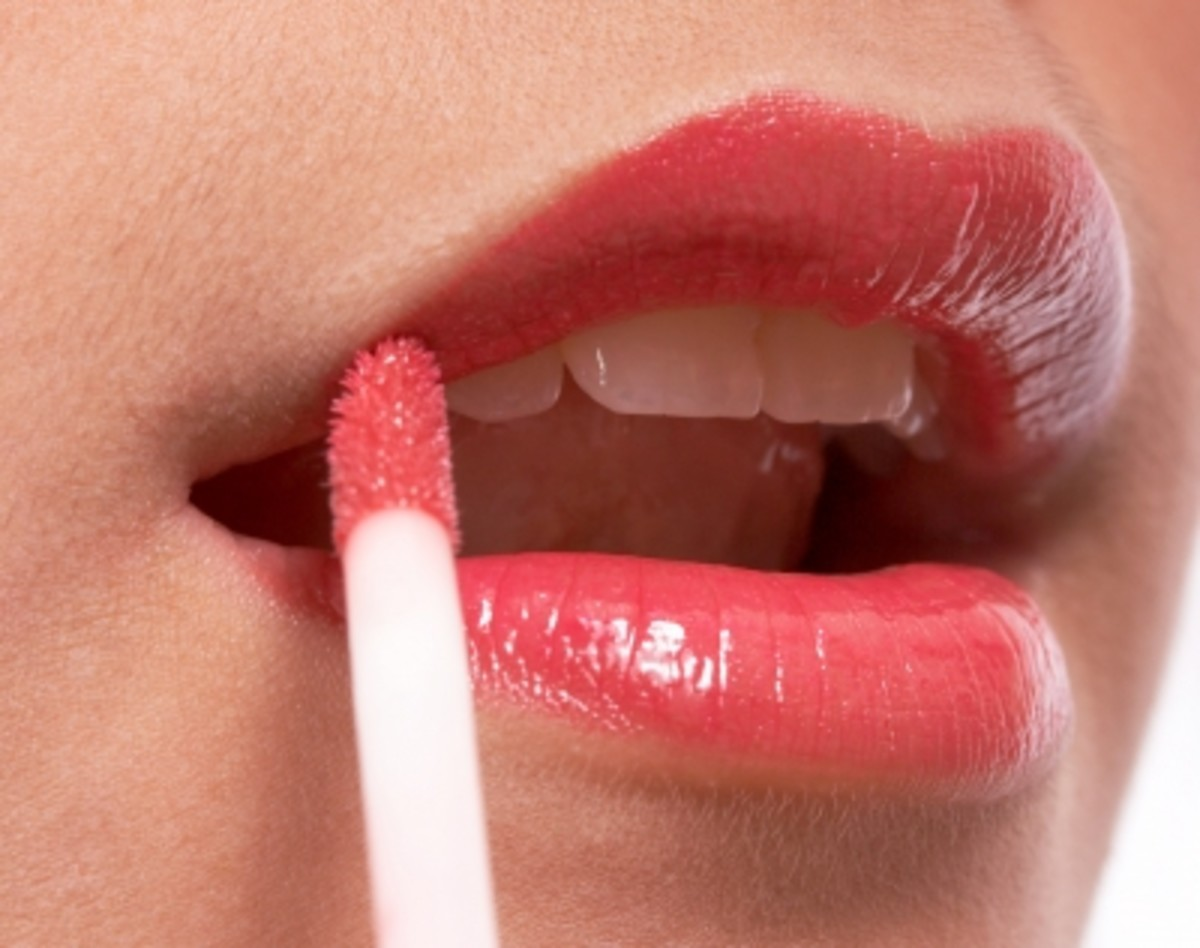 Adds a soft sheen and color to the lips worn alone or on top of lipstick.