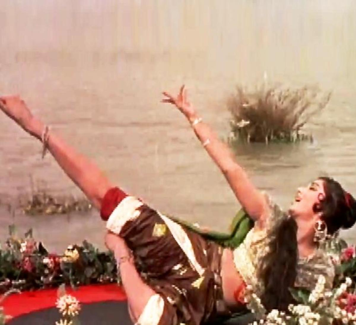 Sadhna in Aaja Ayee Bahar .... : A unique synchronised dance song on the flowing water