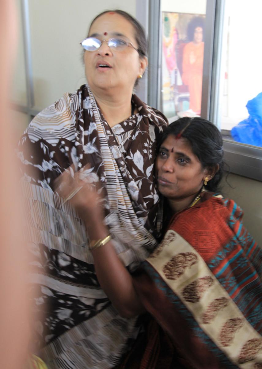 Un Meenakshi abrumado abraza Radha tía como ella completa su narrativa.