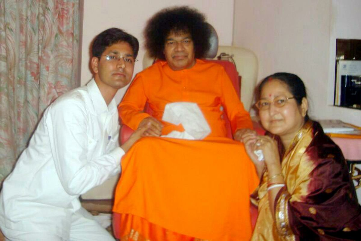 Swami blessed Tara and his mother during an interview in Prasanthi Nilayam.