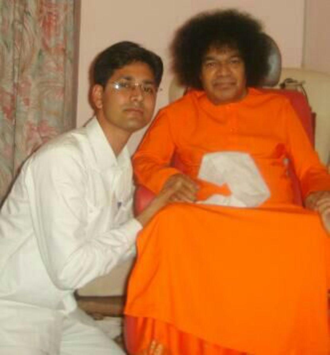 Tarashankar Chakravarthy con su amado Swami en la sala de entrevistas.