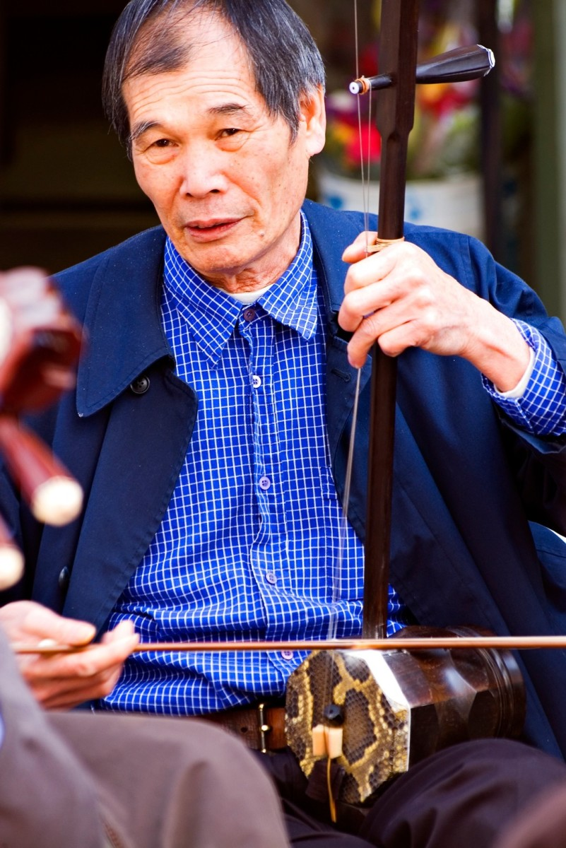Man playing the zhonghu