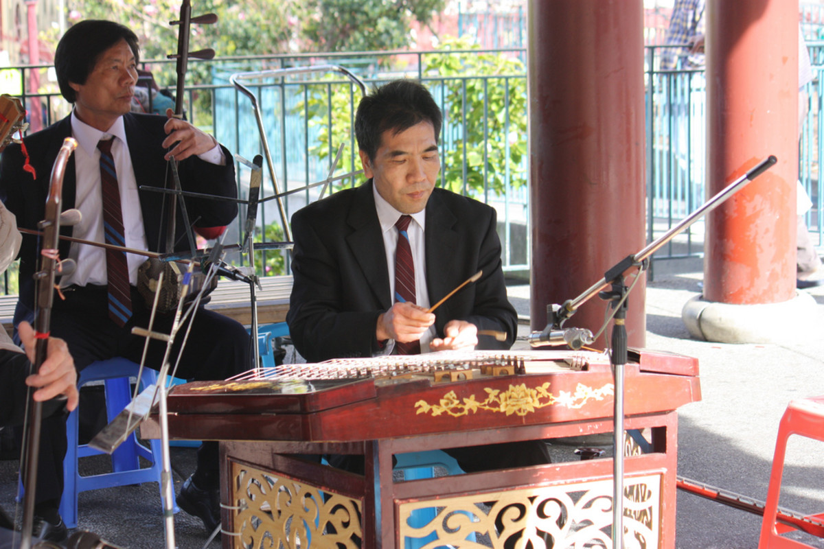 A man playing the yangqin