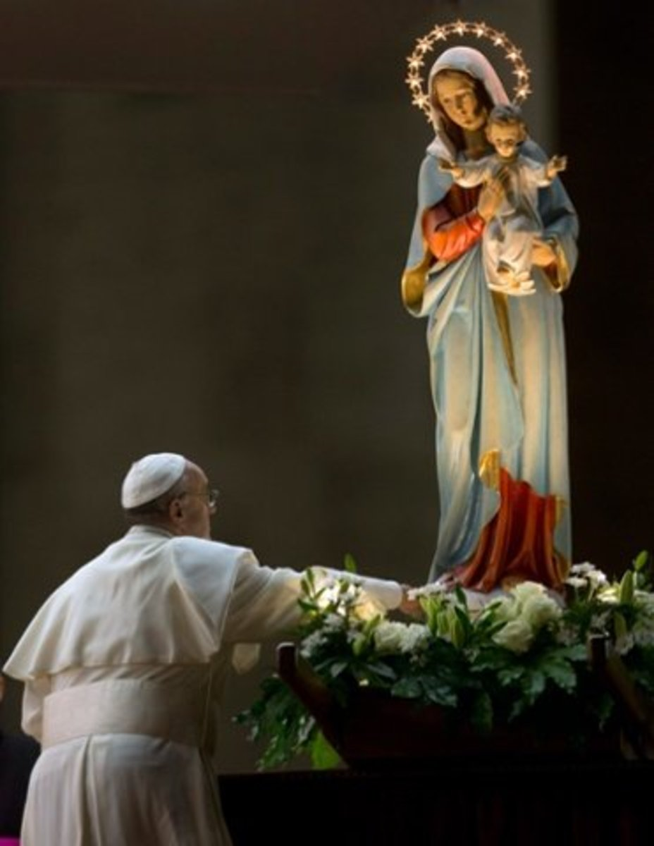 Pope Francis worships Mary
