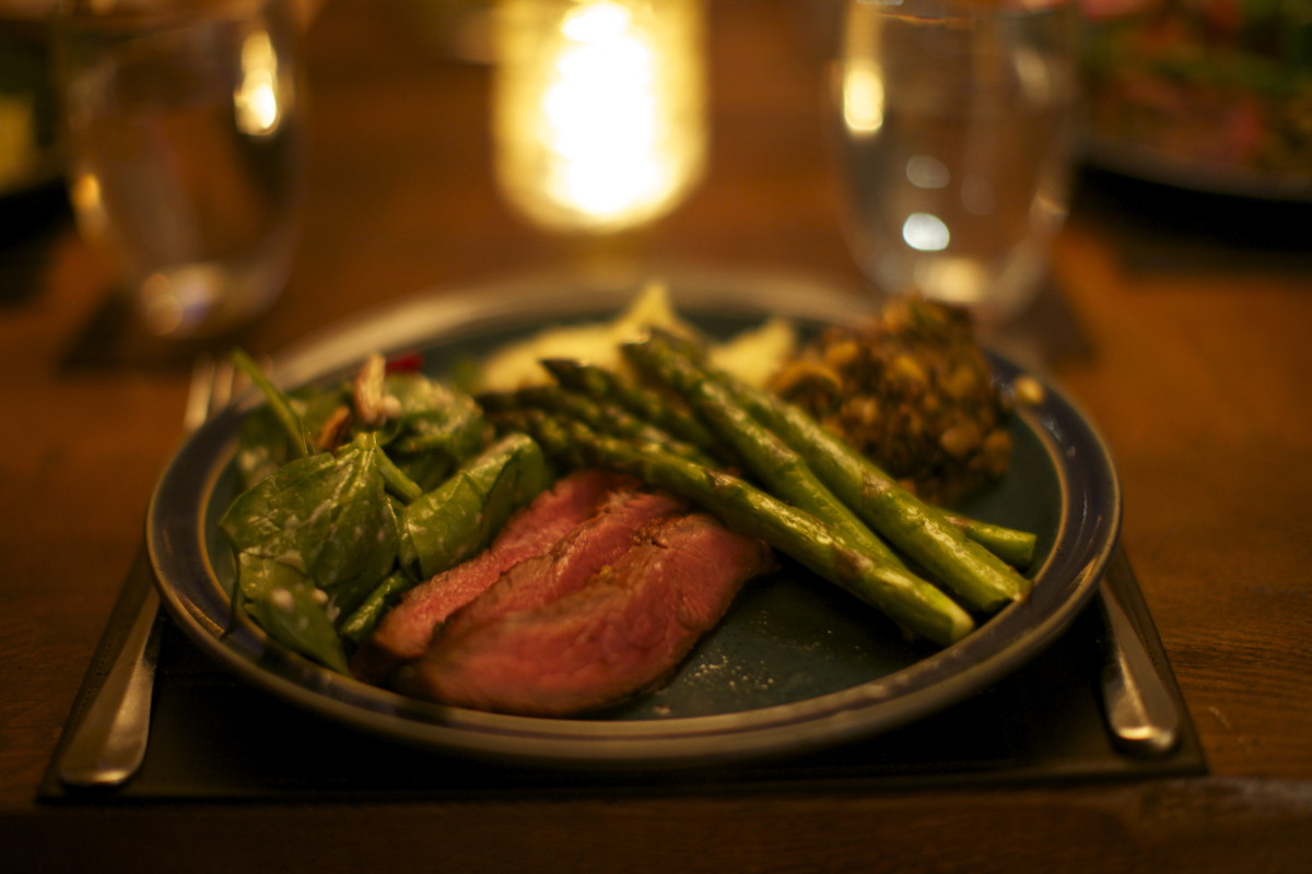 Bbq flank steak with asparagus and salad
