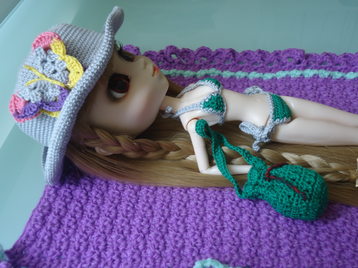Pullip lounging on a duvet cover.