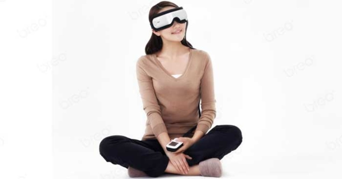 The Breo iSee Eye Massager in use.