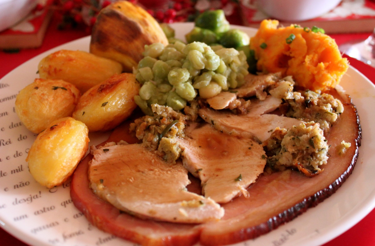 How to Cook a Roast Turkey Dinner With All the Trimmings