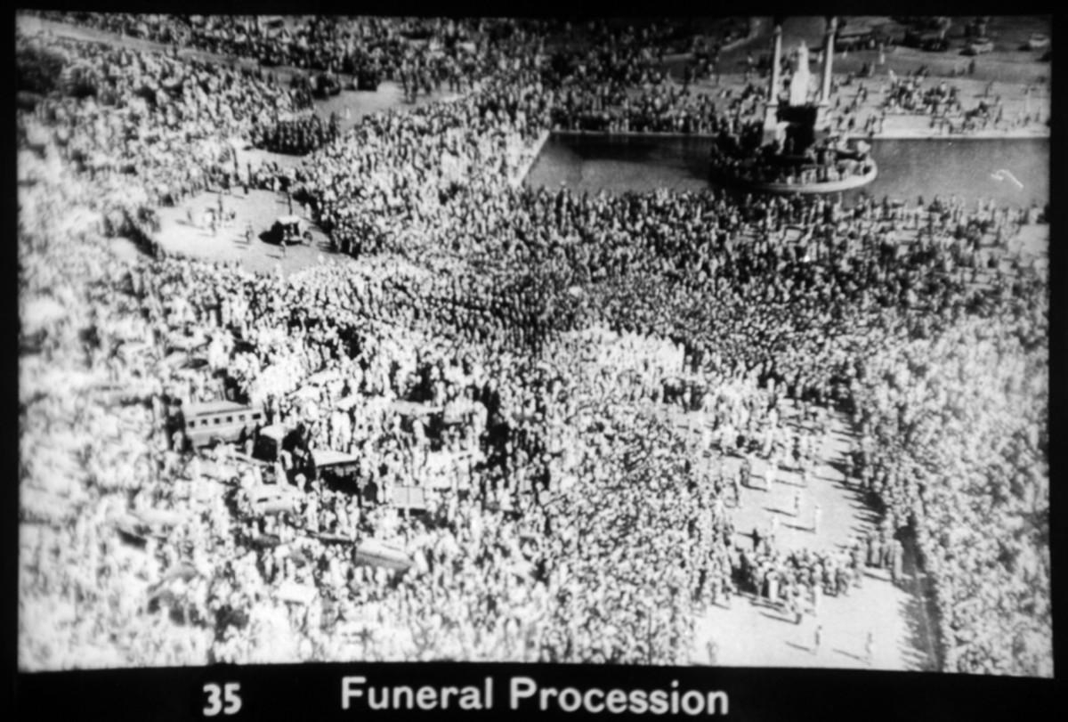 Toda la nación estaba impactada por la muerte de Mahatma Gandhi.  Aquí está una foto aérea del funeral en Delhi.
