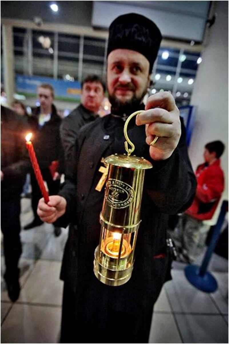 The delegation carries the Holy Fire from Jerusalem in special oil-fired containers to Russia. From Moscow, containers with the Holy Fire go to many Russian cities.