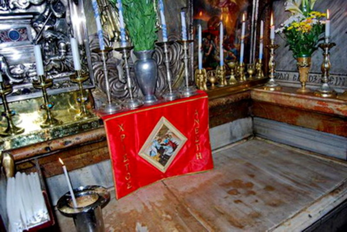 Jesus tomb.  A marble lid covers the tomb (station 14)
