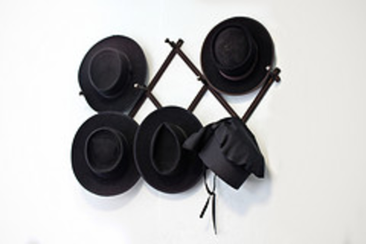 For men, black hats are worn in winter, while straw hats are worn in summer.