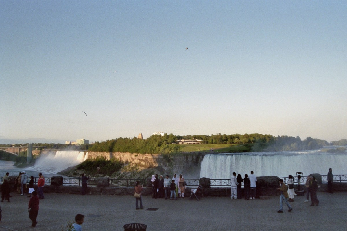 American Falls (left) and Horseshoe Falls (right).