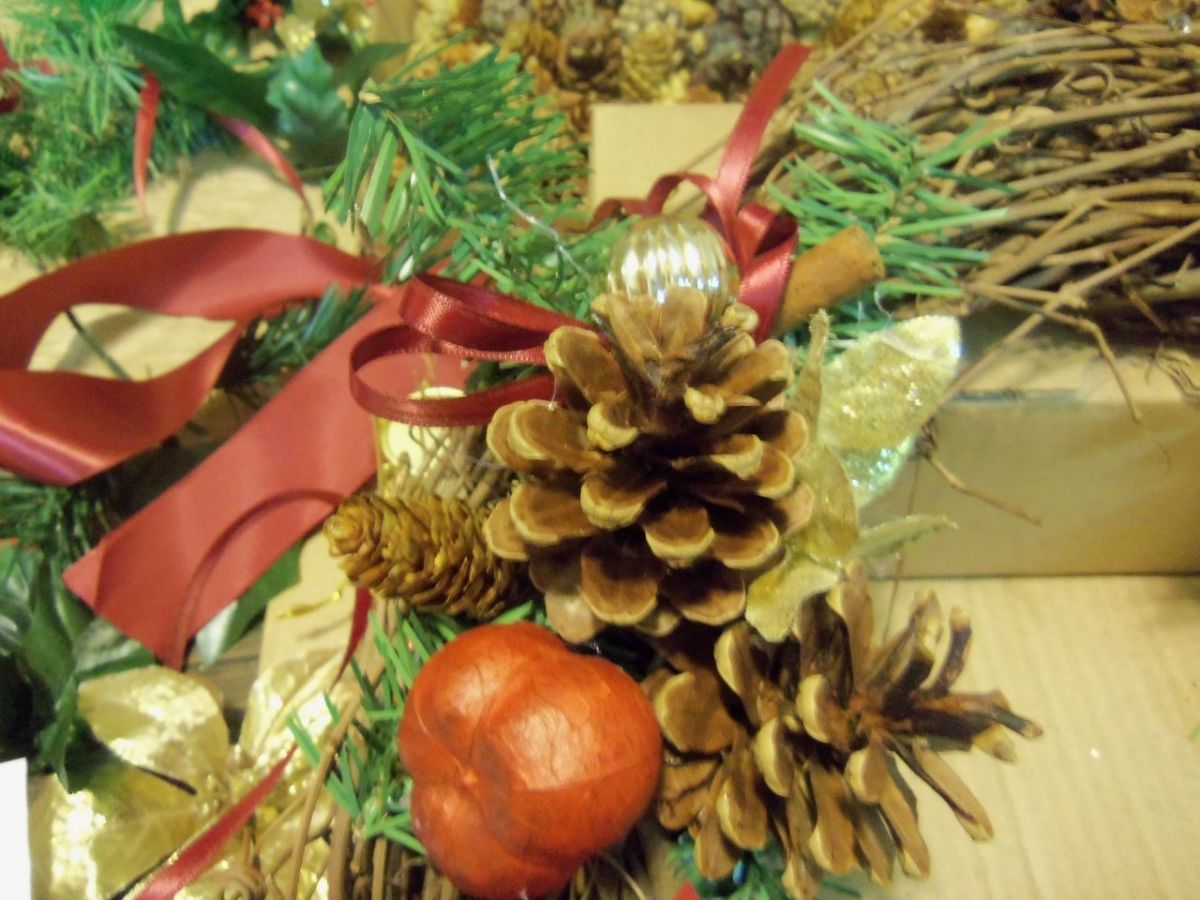 christmas-cinnamon-pinecone-wreath