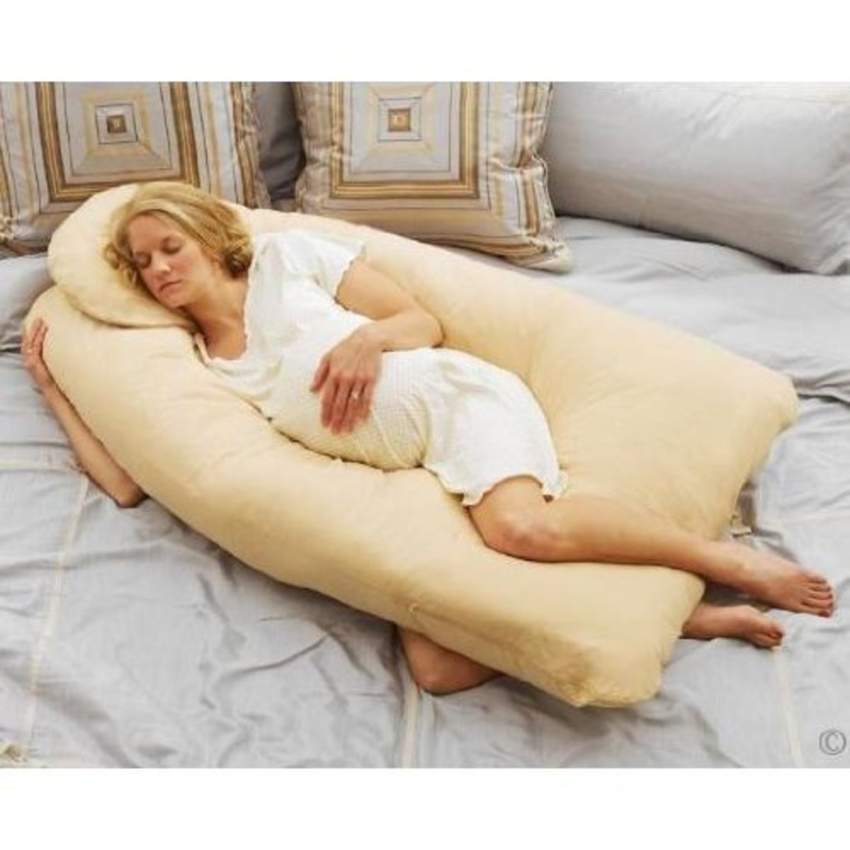 A good pregnancy pillow supports the baby bump!