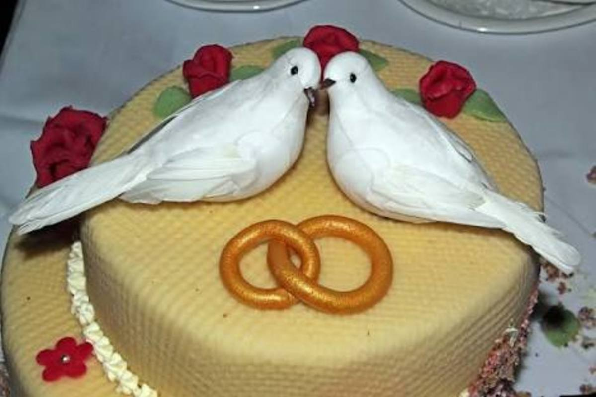 Beautiful Golden Wedding Anniversary Cake