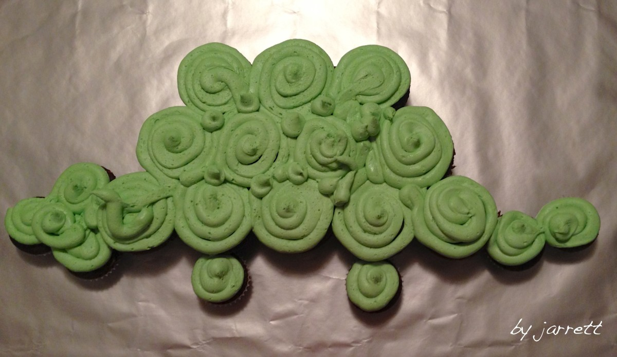 Cover the entire area with green frosting…be sure to fill in the gaps between the cupcakes.