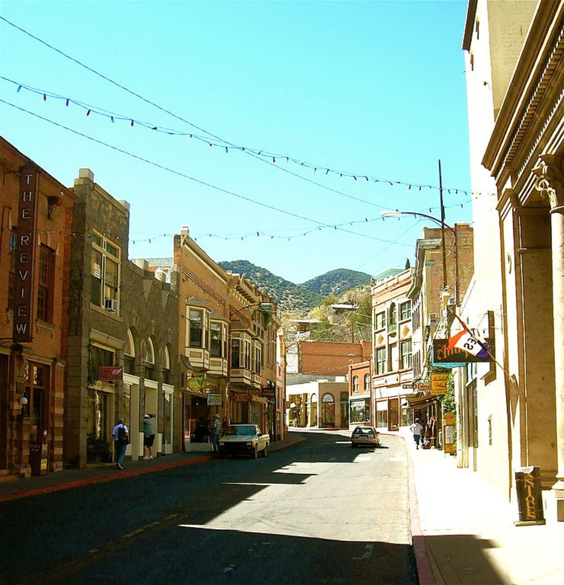 Bisbee, Arizona, Main Street - uploader Willjay at English Wikipedia (Transferred fromen.wikipediato Commons.) [GFDL (http://www.gnu.org/copyleft/fdl.html) or CC-BY-SA-3.0 (http://creativecommons.org/licenses/by-sa/3.0/)], via Wikimedia Commons