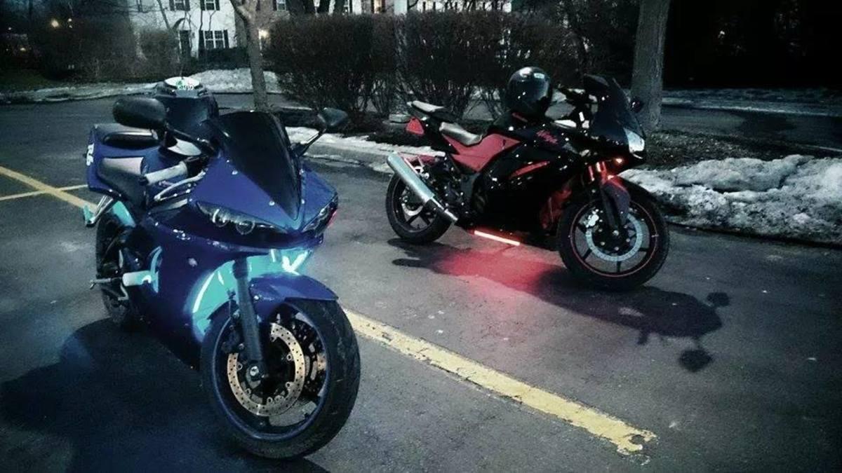 安装起来相当简单,摩托车上有LED灯。