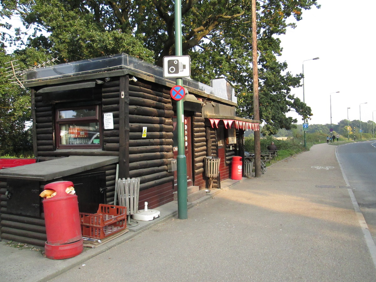 Along Whipps Cross Road there are a couple of snack shacks. This one is the Log Cabin, done up with half-logs to look the part and reasonably priced. The other, the Lakeside Diner opens early mornings for commercial drivers, closes around 4pm
