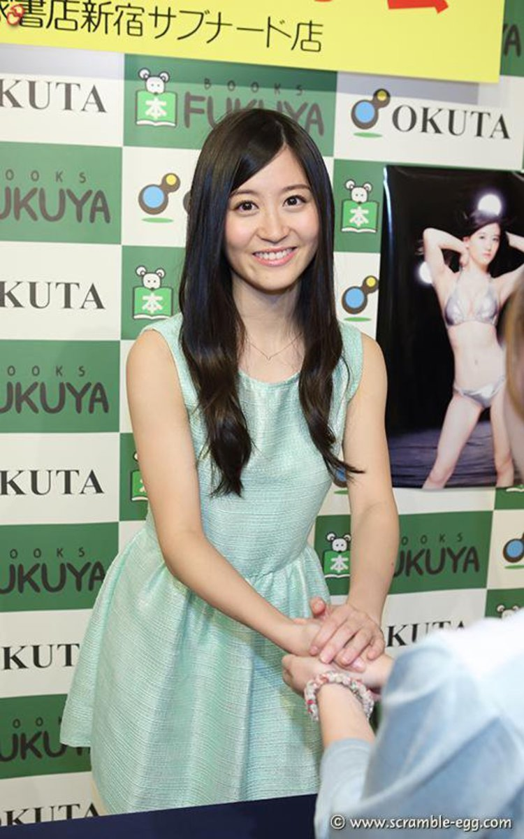 NMB48 idol Kei Jonishi greets a fan during an event at a bookstore.