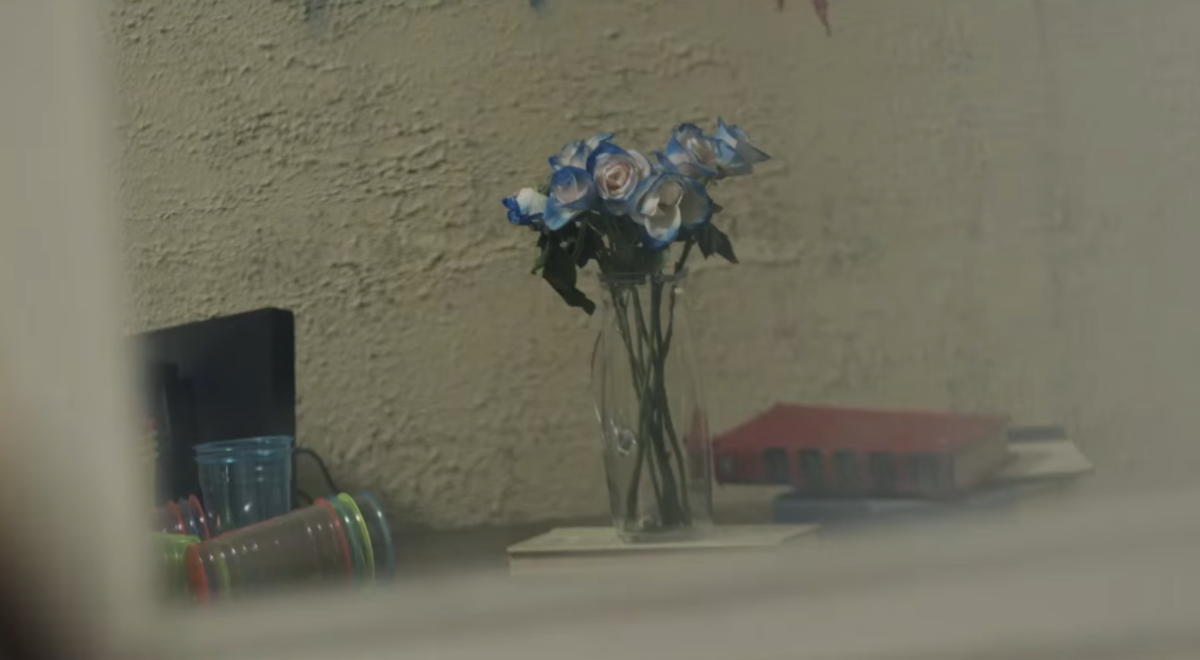 Smeraldo: the white-blue roses at 2:53.